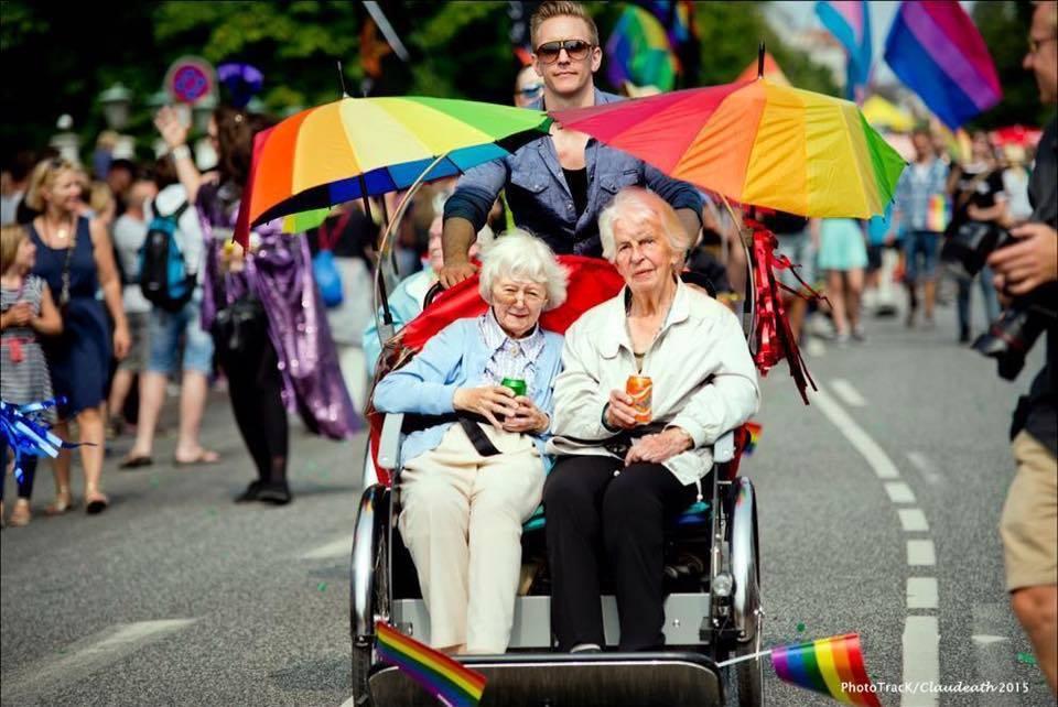 nipote porta al Pride le sue due nonne che si amano da una vita
