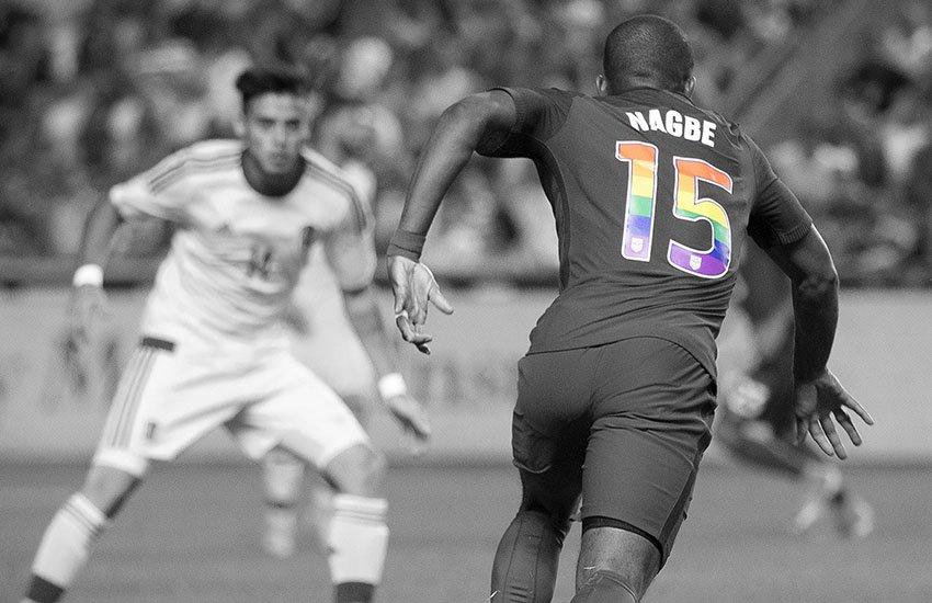 Squadra di calcio americana celebra il mese dell'orgoglio gay