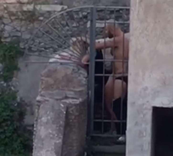 Coppia fa sesso in pieno centro a Roma davanti ai passanti tra le rovine dei Fori Imperiali (VIDEO)