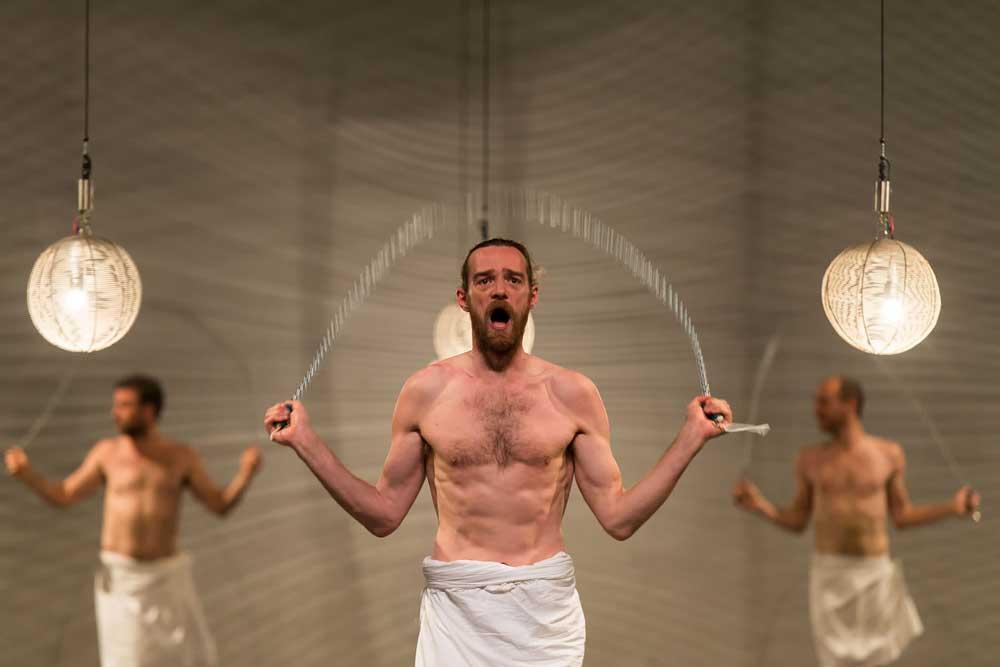 Mount Olympus: lo spettacolo teatrale con piselli al vento che dura 24 ore di fila di Jan Fabre (VIDEO)