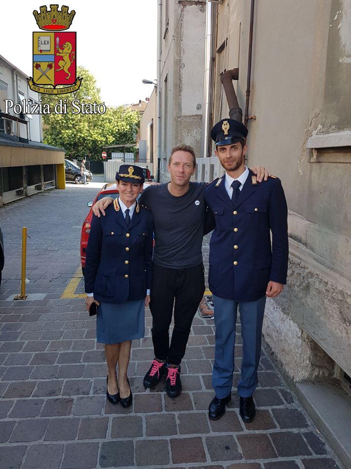 Chris Martin visita una clinica pediatrica di Milano e canta per loro