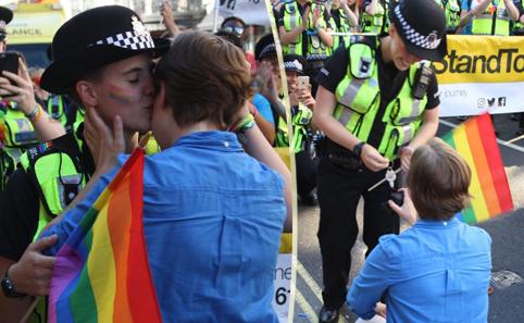 La fidanzata chiede la mano della poliziotta in servizio al Gay Pride (VIDEO)