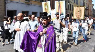 Rimini, preti, parata, omofobia