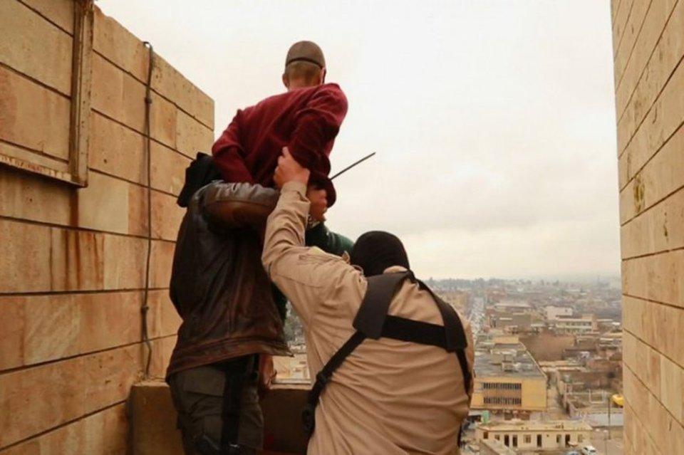 Gay gettato dal tetto: le immagini sconvolgenti rilasciate dall'ISIS