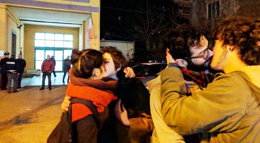 Pescara accoglie Adinolfi con un flash mob di baci gay