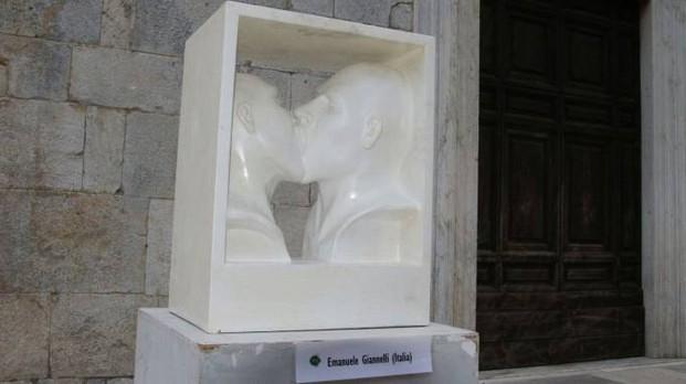 bacio gay statua