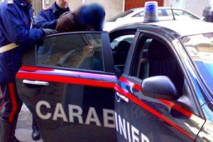 Scambia due muratori per una coppia gay e li aggredisce: è successo a Bologna