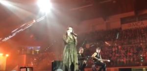 Laura Pausini telefona ad un fan ricoverato in ospedale durante il concerto e gli dedica una canzone