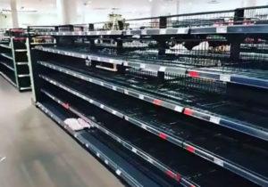 Supermercato rimuove tutti i cibi stranieri come protesta contro il razzismo