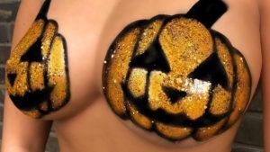 Halloween: l'ultima moda non prevede costumi ma solo glitter sulle parti intime!