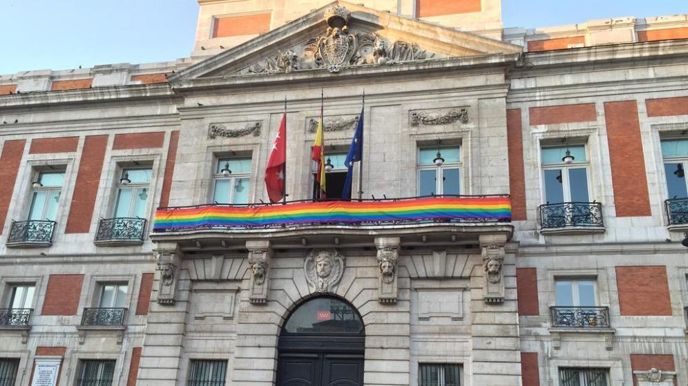Bandiera arcobaleno a Madrid: governo attacca ambasciatore italiano