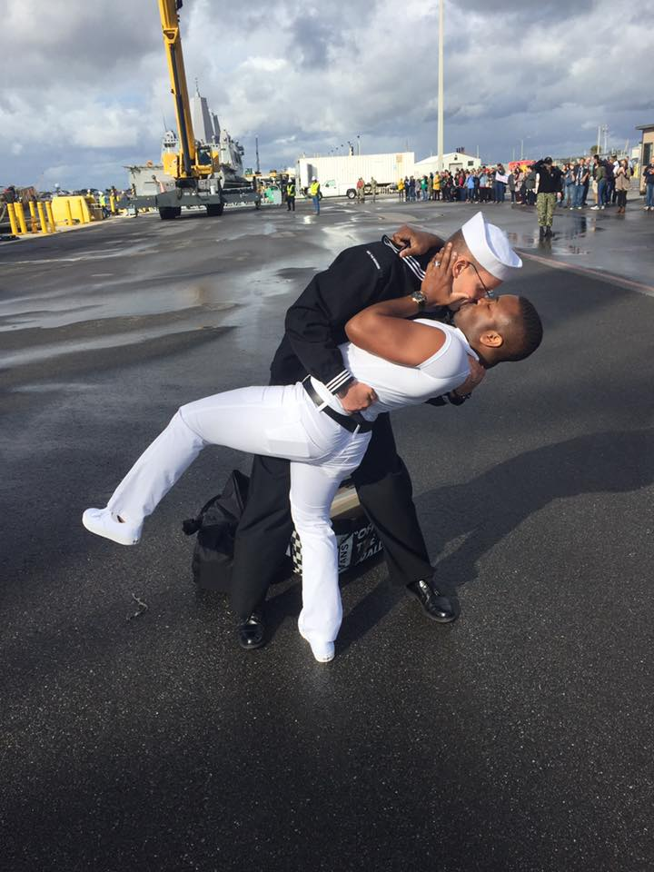 Marinaio gay sbarca e bacia il marito, come nella foto di Times square