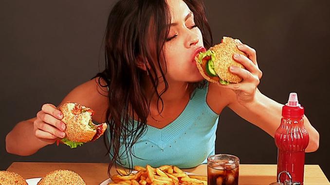 abbuffarsi cibo mangiare