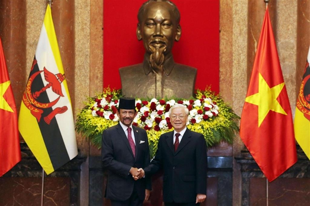 Brunei, lapidazione per gay e adulteri