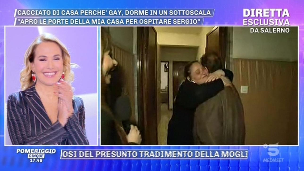 """Cacciato dal fratello perché gay: trova una nuova casa grazie a """"Pomeriggio Cinque"""""""