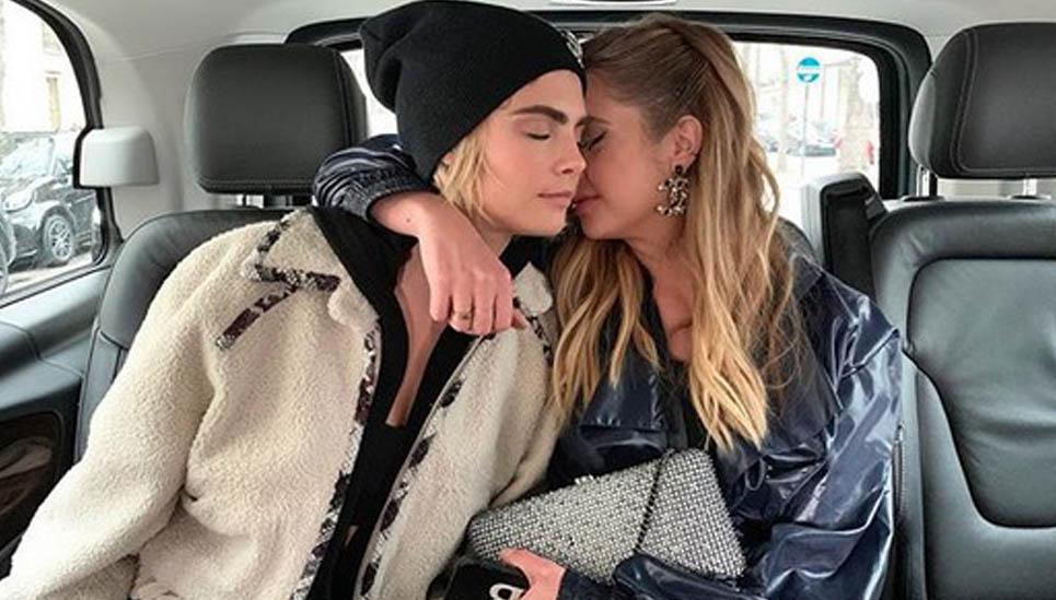 Cara Delevigne e Ashley Benson festeggiano un anno d'amore a Parigi