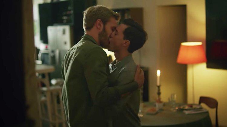 netflix-osmosis bacio gay