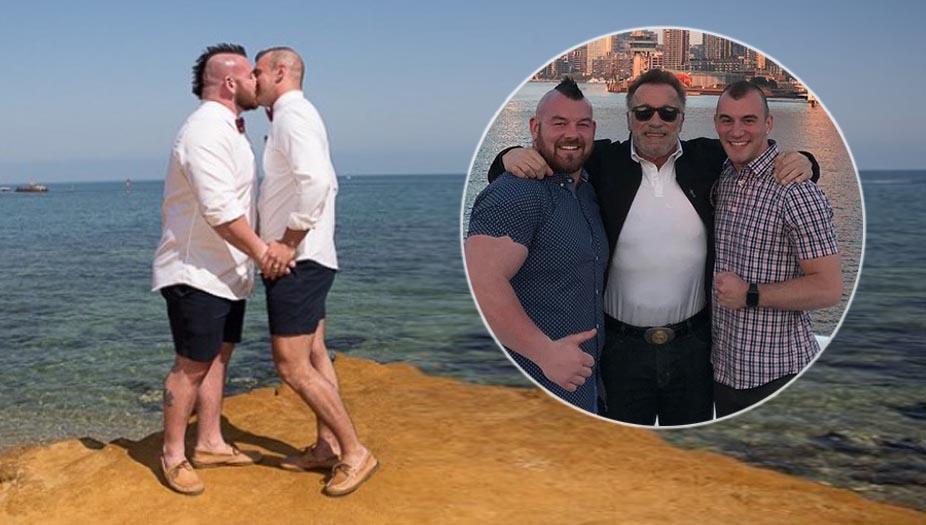 Il gay più forte del mondo sposa il compagno e invita Scwarzenegger: LE FOTO