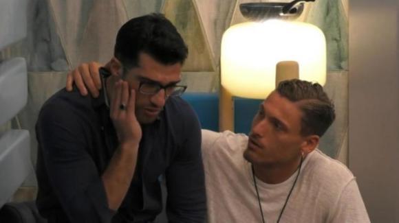 Grande Fratello, il bacio gay in piena notte tra Michael e Gennaro