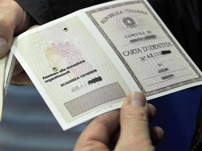 «Genitori» addio, sulla carta d'identità tornano «Madre» e «Padre»