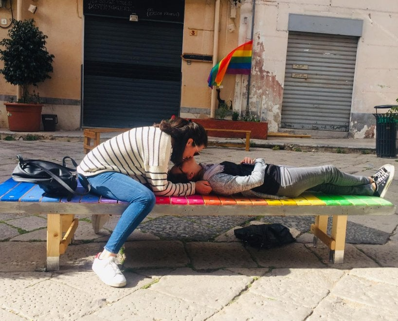 panchina lgbt piazzetta Aragona a Palermo, bacio gay